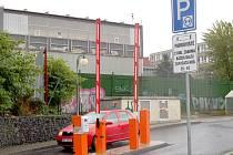 Parkovací automaty u chebského nákupního centra Albert hypermarket.