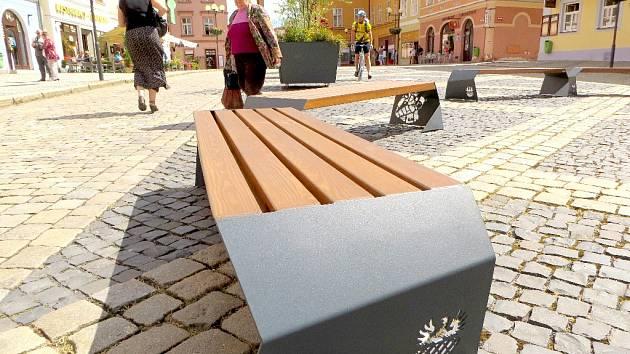 NOVÝ MOBILIÁŘ OZDOBIL centrum města Chebu. Několik laviček, odpadkových košů a květináčů je k vidění na horní částí náměstí Krále Jiřího z Poděbrad.