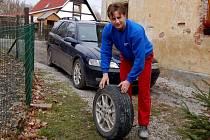 OBYVATELÉ KATEŘINY u Skalné se denně potýkají s rozbitou příjezdovou cestou. Místní obyvatel Karel Cízler přibližně dvakrát do měsíce mění píchlé pneumatiky.