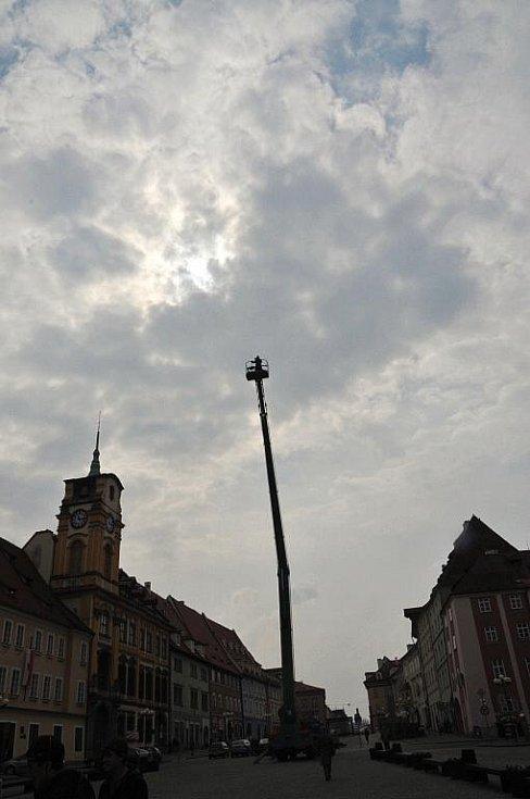 Přípravy na snímek k výročí 950 let od první písemné zmínky Chebu vrcholí. Opět do Chebu přijel známý fotograf Miro Švolík, aby na chebském náměstí Krále Jiřího doladil poslední detaily.