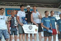 Zlatá tříčlenná štafeta triatlonistů USK Akademik Cheb (uprostřed).