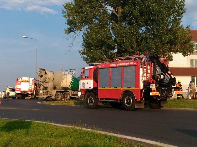 Nehodu nákladního automobilu, takzvaného autodomíchávače, a cyklisty řešili policisté a záchranáři v Dolních Dvorech u Chebu. Na místě přistál i vrtulník letecké záchranné služby.