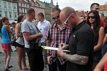 Antikonfliktní tým policie akci na chebském náměstí zklidnil.