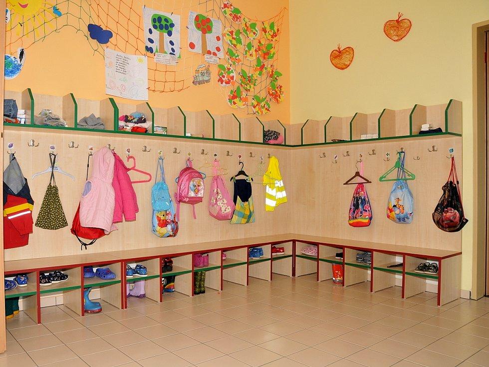 PROHLÉDNOUT si školku přišli také její budoucí žáci. Byli doslova uchvácení.