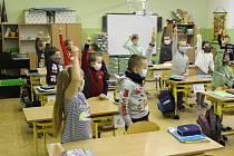 Do školních lavic usedli ve středu ráno i žáci ve 2. základní škole v Chebu.