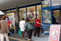 První supermarket (Lidl) se ve čtvrtek 25. června ráno otevřel ve Františkových Lázních naproti restauraci Labuť. Už po sedmé hodině do obchodu proudily desítky nakupujících.