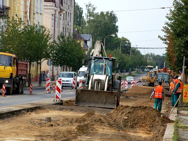 Rekonstrukce Hlavní ulice v Mariánských Lázních komplikuje dopravu. Stavební práce mají podle plánu skončit v říjnu