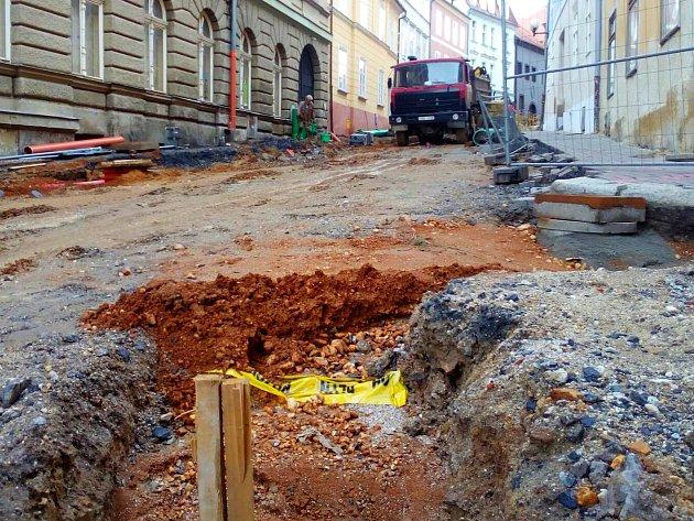 Rozkopaná Židovská ulice v Chebu bude zřejmě až do listopadu.