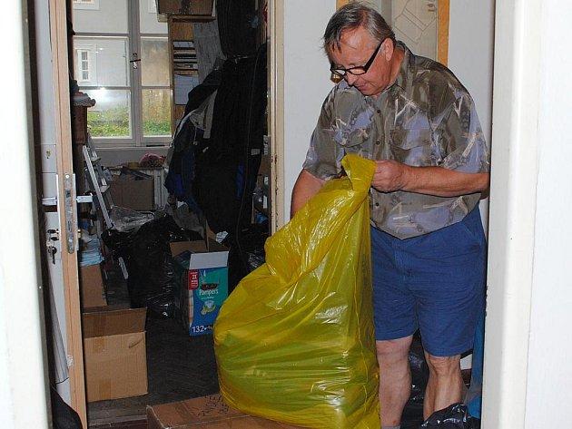 Vedoucí Českého červeného kříže Cheb Stanislav Fletter třídí věci ze sbírky, které ještě dnes odveze vozidlo Chetesu do severních Čech. Oblečení již není potřeba, více lidé postižení povodní uvítají úklidové prostředky.
