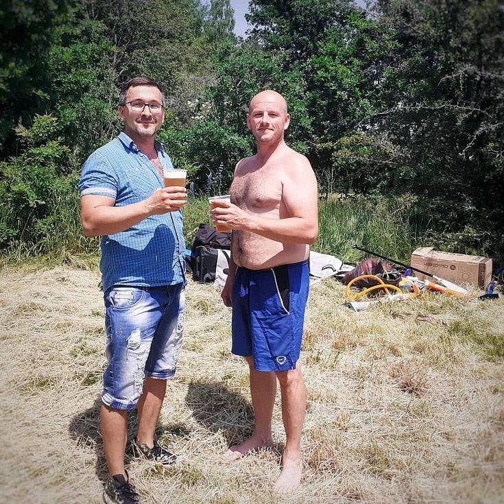 Slunce, voda, příroda, hodně opalovacího krému a dostatek studeného točeného piva. Tak to vypadá ve dříve zatopeném kaolinovém lomu Sorgen.