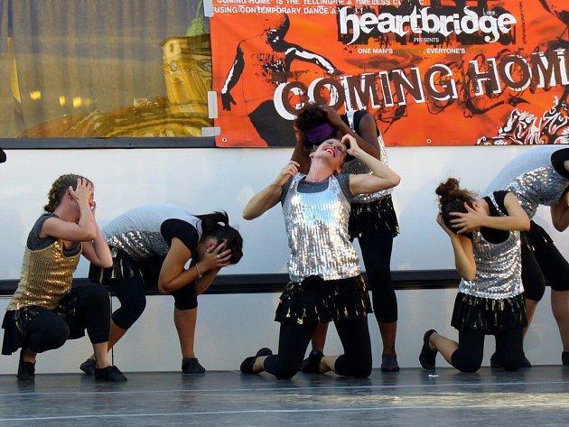 Ukázky tance na chebském náměstí Krále Jiřího z Poděbrad