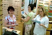 OPTIČKÁM DALO TŘÍDĚNÍ A MĚŘENÍ BRÝLÍ ZABRAT! Optičky a optometristky Ivana Votoupalová, Štěpánka Haladová a Miroslava Majtényiová (zleva) strávily spoustu času při měření a kompletaci brýlí, které poputují jako humanitární pomoc do Středoafrické republiky