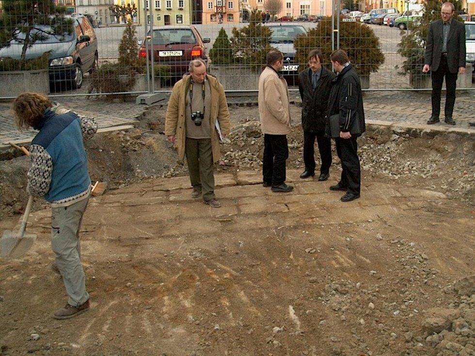 Archeologové zkoumají původní kamenné dno kašny