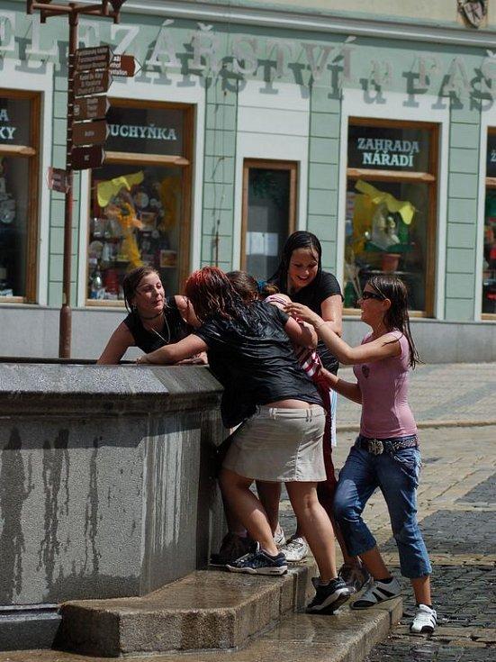 Kašna patří hlavně v letních parnech k oblíbeným místům mladách lidí