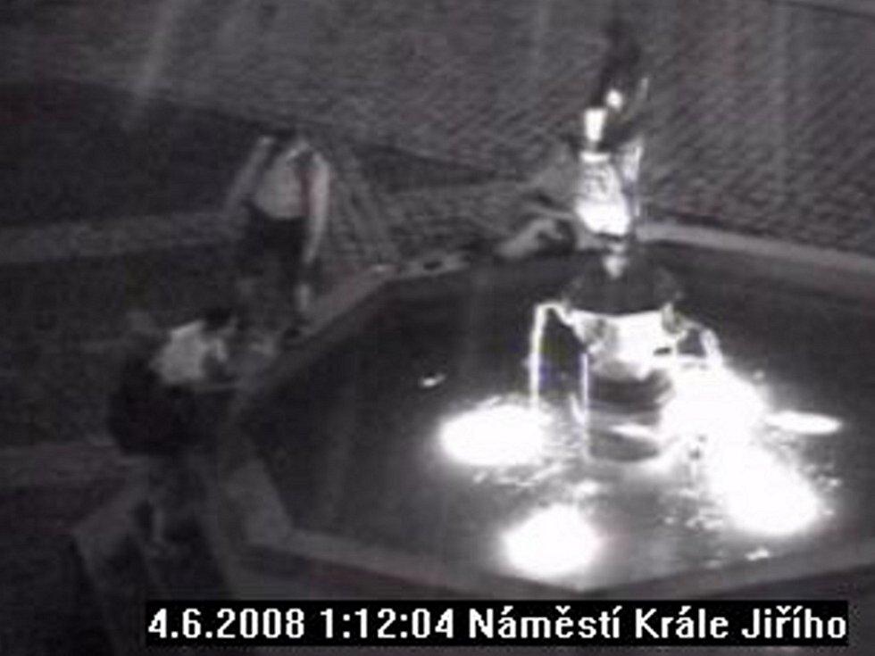 Záběr z kamery městské policie na vandaly