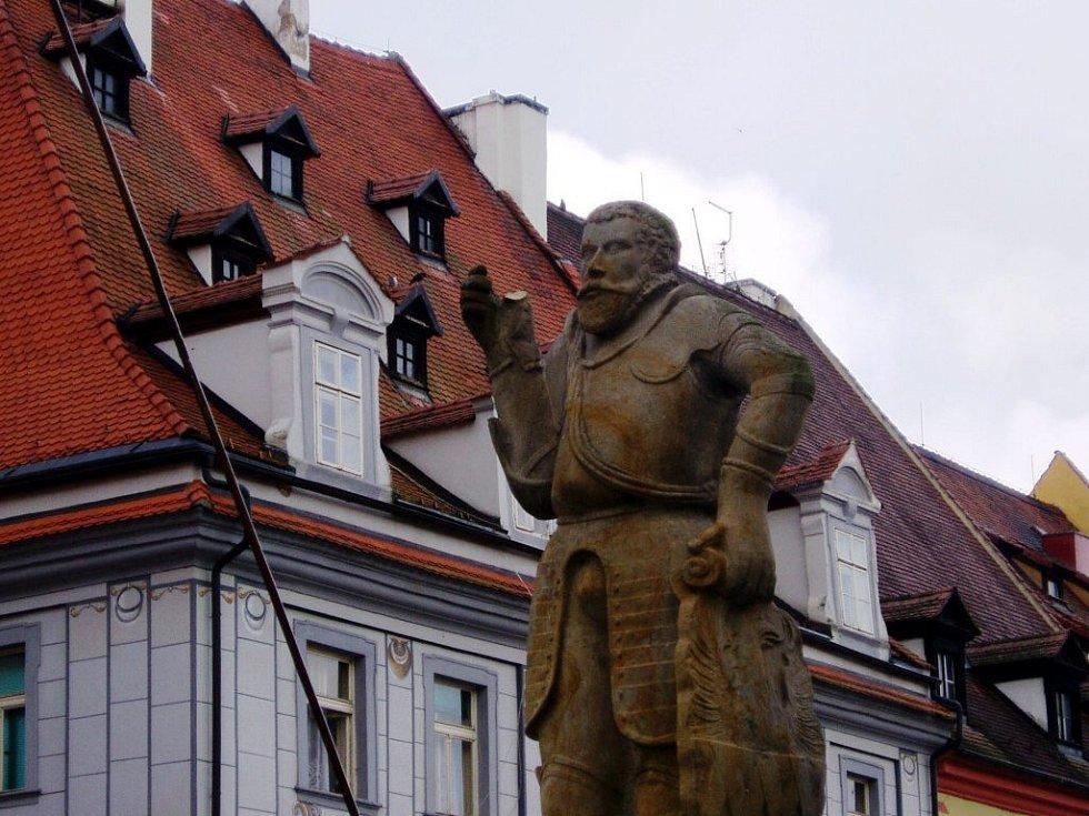 Vandalové poničili sochu Rolanda na kašně v horní části chebského náměstí Krále Jiřího z Poděbrad