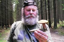 HOUBY. Zkušený chebský mykolog Pavel Syřiště zná i ty druhy hub, které jiným lidem zůstávají neznámé. Ostatní by měli sbírat jen to, co opravdu dobře znají.