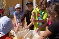 Den Země v Mariánských Lázních. Děti si užívaly u Ferdinandova pramene bohatý program. Připravené pro ně bylo divadlo i soutěže o sladké ceny.