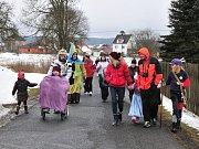 Maškary se také letos vyřádily při průvodu vesnicí od hospody ke staré škole a zpět.
