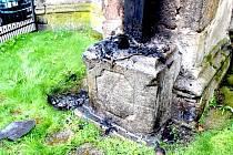 V noci na dnešek podpálil zatím neznámý pachatel dřevěný kříž s barokní sochou Krista, který se nachází na kostele Zvěstování Panny Marie na Františkánském náměstí v Chebu.