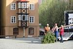 Patnáct metrů vysokou májku postavili pracovníci firmy Chetes v dolní části chebského náměstí Krále Jiřího.