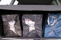 Třistapadesáttři kartonů nelegálních cigaret našli celníci na Chebsku při kontrole jednoho vozidla.