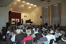 Dvoudenní mezinárodní hudební festival zdravotně postižených Souznění odstartoval v sále chebské základní školy v Hradební ulici.