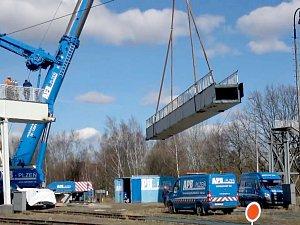 Tři sta metrů dlouhá a tři sta tun těžká lávka přes chebské nádraží je definitivně minulostí.
