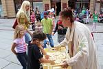 DORTOVOU BITVOU vyvrcholily oslavy 50. výročí otevření Mlíčňáku na chebské pěší zóně. Zúčastnily se jí desítky dětí.