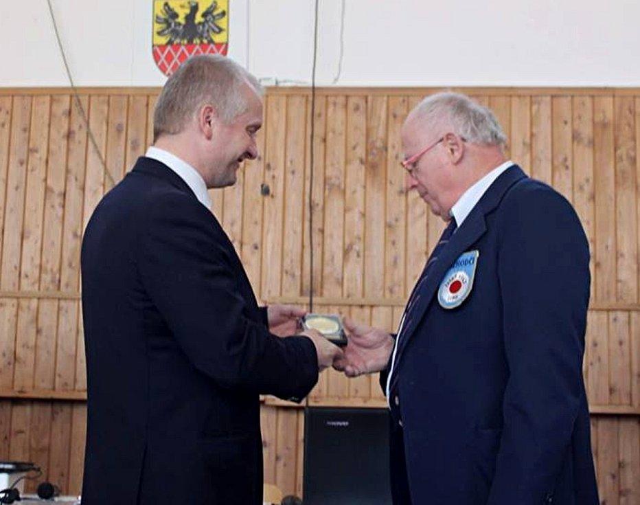 Zlatou plaketu za přínos judu převzal Zdeněk Šesták (vpravo).