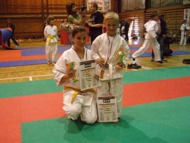 Nina Mašiková a Tomáš Földeš – medailisté z františkolázeňského klubu Shinkyokushinkai.