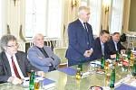 Milan Štěch při uvítacím projevu, první zleva sedí Antonín Panenka, další jsou členi senátu PČR.