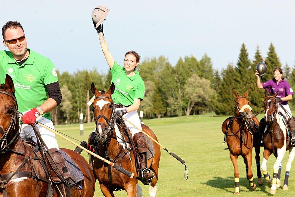 Za novou tradicí stojí úspěšná hráčka koňského póla Simona Joklová, rodačka z Mariánských Lázní.