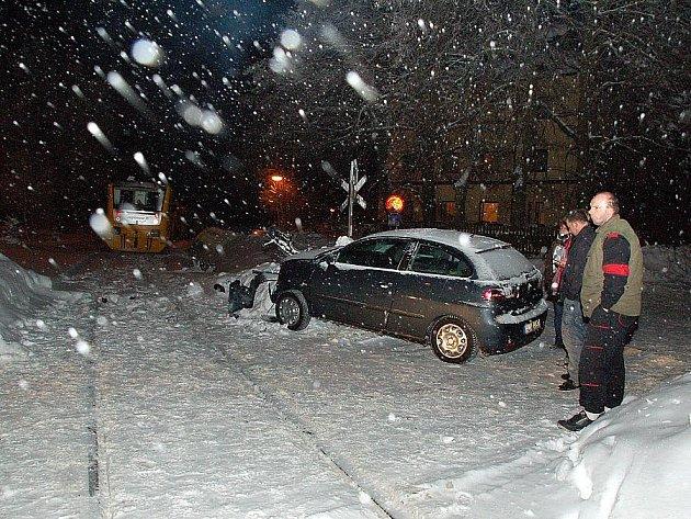 Seat Ibiza německé řidičky vyvázl jen s poškozenou přední částí. Na železničním přejezdu v Aši, Okružní ulici, nestihla osmnáctiletá žena dobrzdit a zastavila v kolejišti.