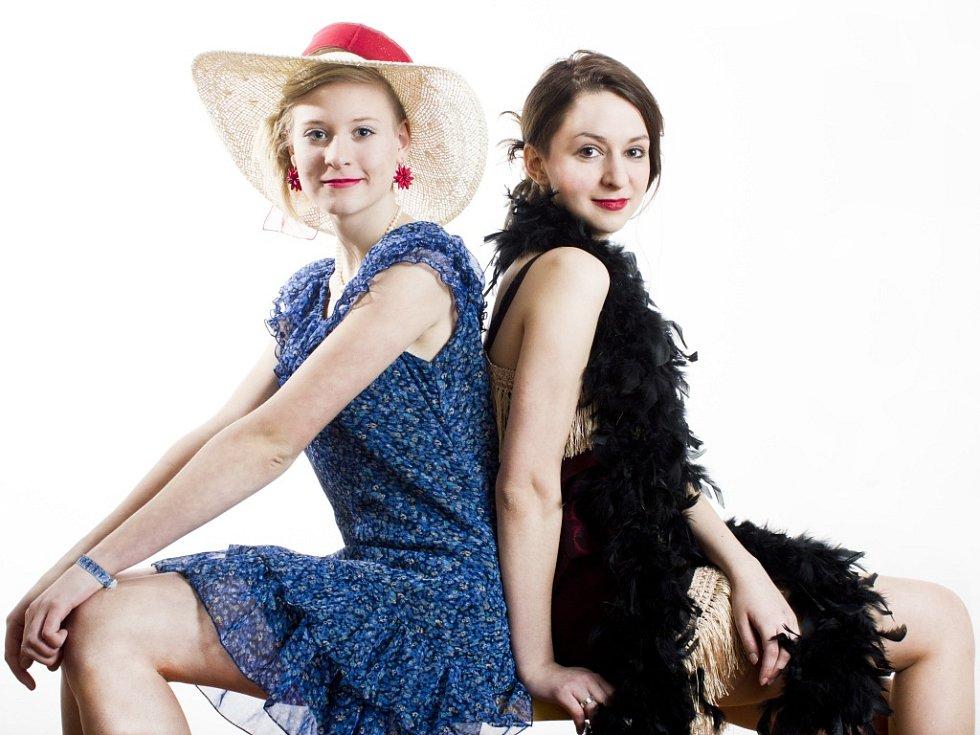 Členové Divadelního souboru při GOA Mariánské Lázně v kostýmech k divadelní hře Notes Alberta Graye.