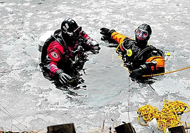 KLUB SPORTOVNÍHO POTÁPĚNÍ KAJMAN CHEB provozuje také další zimní aktivity. Například potápění pod ledem. Na snímku v mrazivé vodě je vlevo vidět Jan Letalík a Ladislav Račák.