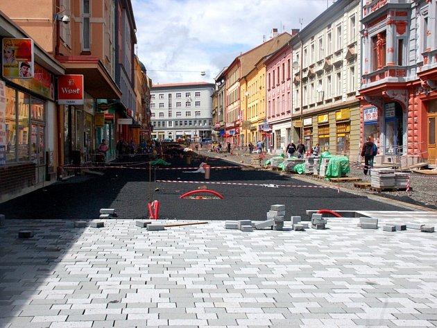Na začátku chebské pěší zóny je už vidět, jak bude nová dlažba vypadat
