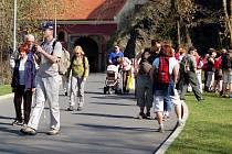 Turistický pochod Z Čech až na konec světa vyrazil v sobotu 11. dubna před polednem z chebského náměstí do Německého Marktredwitz. Turisté mají za cíl dorazit až do Bruselu