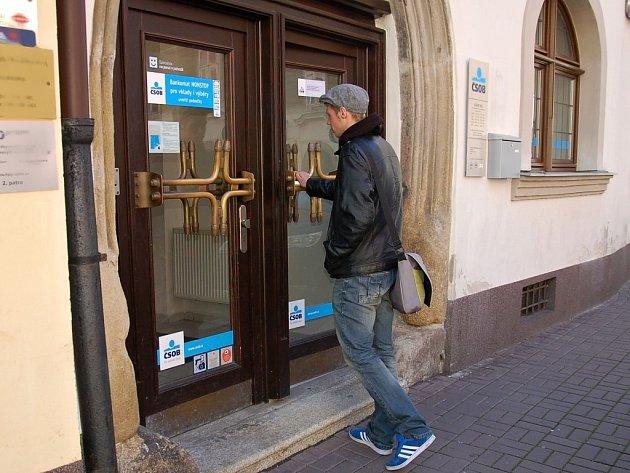 DVEŘE BANKY ČSOB v chebské ulici Březinova nešly po pracovní době pro použití bankomatu otevřít pomocí čipu. Nyní už má být vše v pořádku.