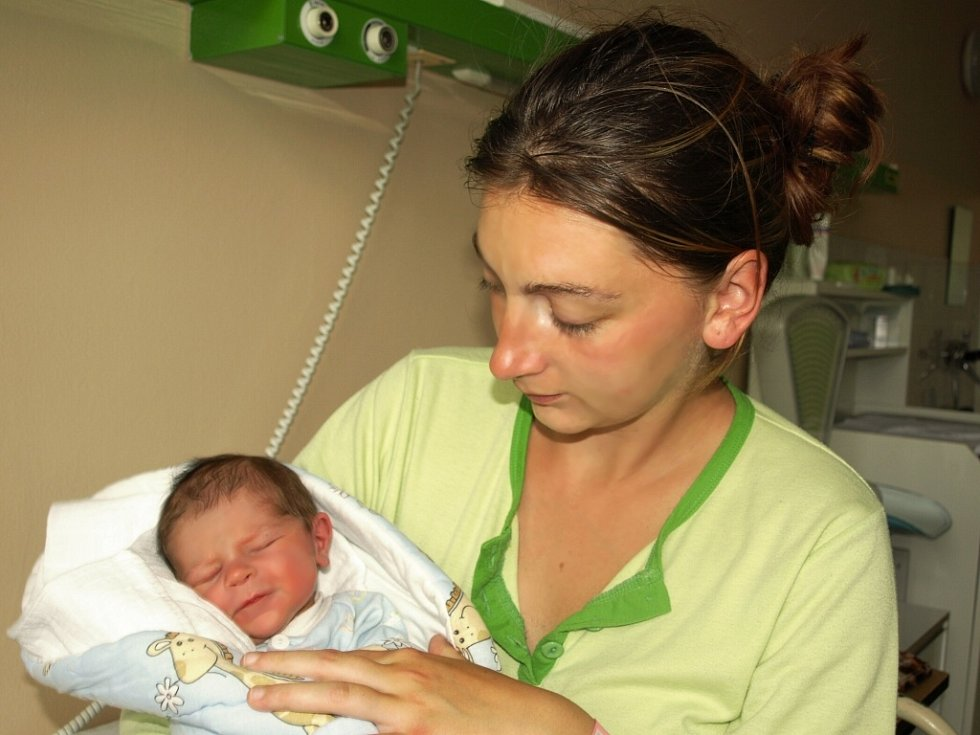 JIŘÍ PEŠKA přišel na svět ve středu 29. dubna v9.40 hodin. Narodil se sváhou 3150 gramů a mírou 51 centimetrů. VHranicích se na malého Jiříka a maminku Soňu těší tatínek Jiří, po kterém dostal synek jméno.