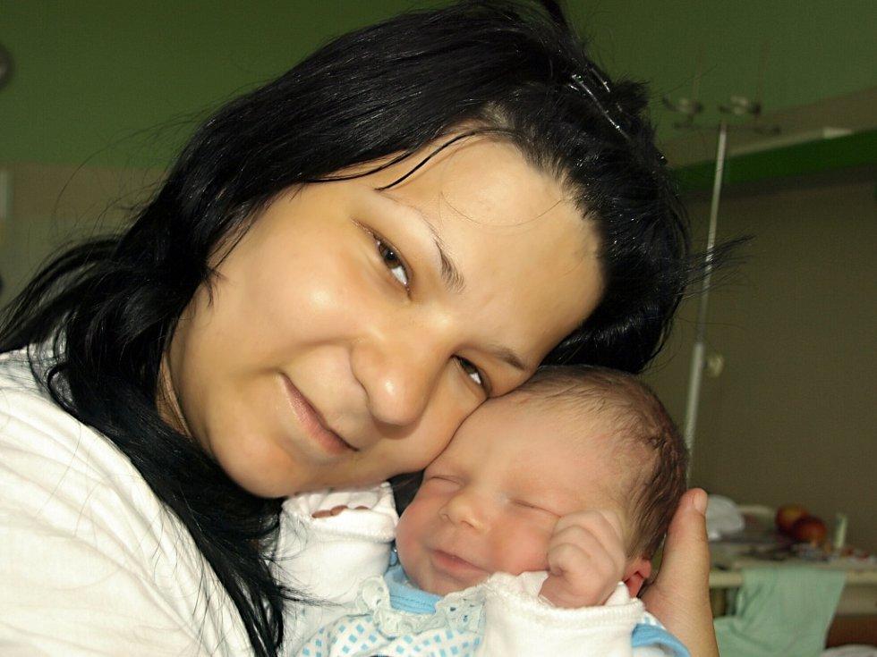 PATRIK FRANČÁK se narodil ve středu 29. dubna v8.40 hodin. Vážil krásných 3150 gramů a měřil 50 centimetrů. VHazlově se na maminku Petru a malého synka těší tatínek Pepa, kterého si maminka moc chválila – u porodu jí moc pomohl.