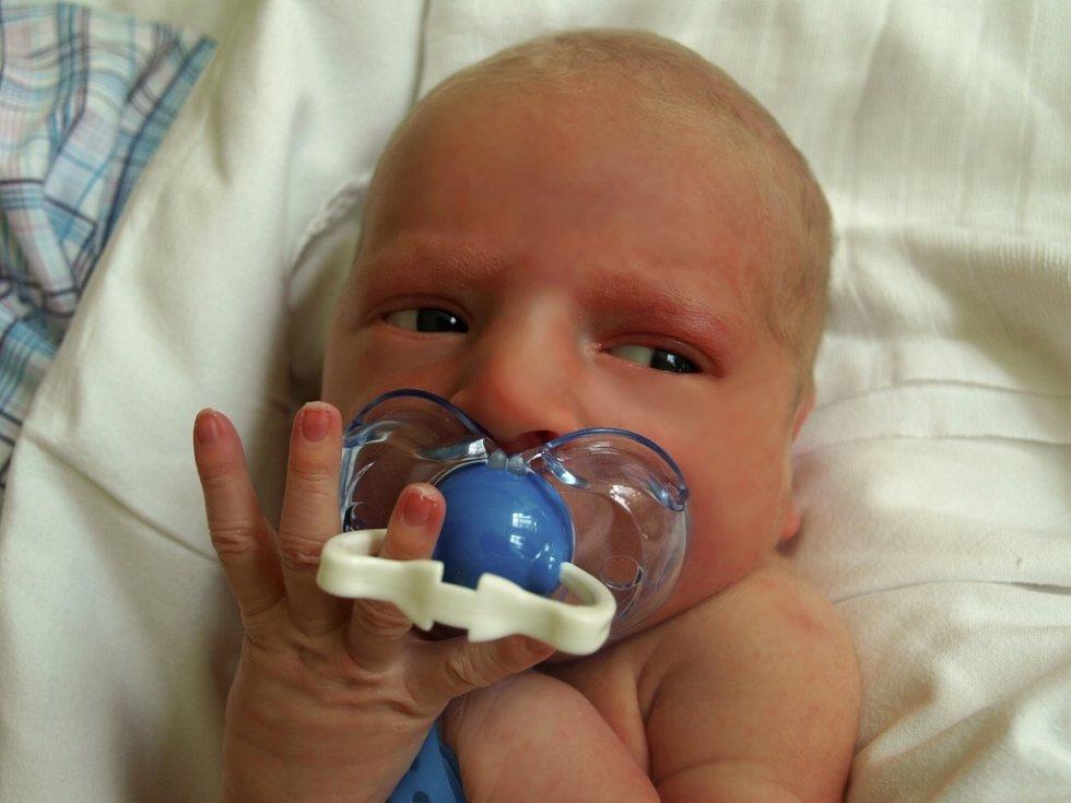 TOMÁŠ ŠOCHMAN přišel na svět vpátek 24. dubna ve 4.05 hodin. Při narození vážil 3220 gramů a měřil 49 centimetrů.  Tatínek Ladislav se těší doma vKaceřově na příjezd maminky Věry a synka Tomáška.