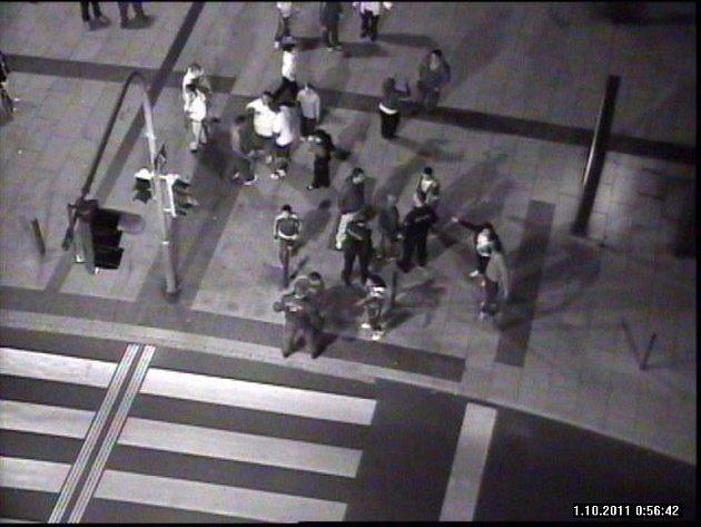 Plné ruce práce měly uniformované složky s rozehnáním rváčů, když se na pěší zóně v Chebu rozhodla početná skupina osob, že si konflikty vyříkají takříkajíc ručně. Podle záznamu z městského kamerového systému šlo zhruba o tři desítky lidí.