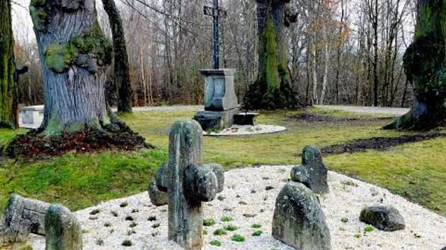 Prostor doplnily další kamenné prvky.