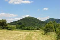JEDNOU z významných součástí Doupovských hor je vrch Šumná nedaleko Klášterce nad Ohří. Na jeho vrcholu se nachází zřícenina hradu stejného názvu. Je to poslední sopka, která v Doupovských horách vznikla.