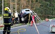 Tragická nehoda v Lubech. Řidič narazil s autem do betonového můstku a zraněním na místě podlehl