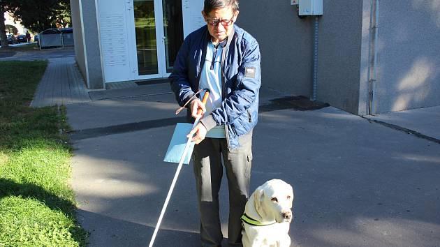 K volbám chodí pravidelně i nevidomý Emil Miklóš z Mariánských Lázní.