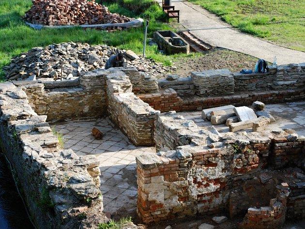 BÝVALÁ PAPÍRNA v Aši se letos dokončí soustavou několika obvodových zdí. Práce na jejich obnově a restaurování začaly.