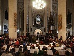 KOSTEL sv. Mikuláše v Chebu zaplnili lidé, kteří si přišli poslechnout tříkrálový koncert. Vystupujících bylo rekordní množství.