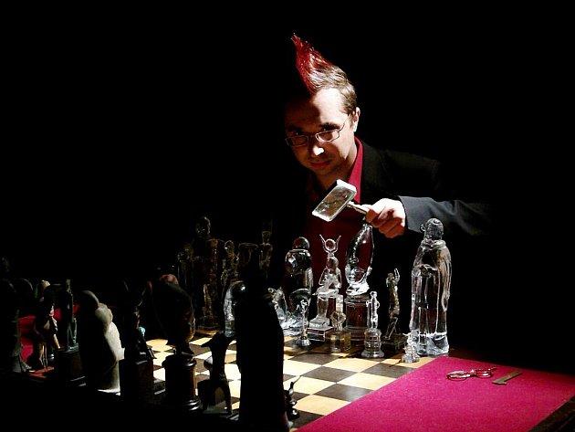 PAVEL MATOCHA na výstavě Umění šachu, která se uskutečnila  letos na jaře v Centru současného umění DOX v Praze. Také na této akci se Pražská šachová společnost podílela.